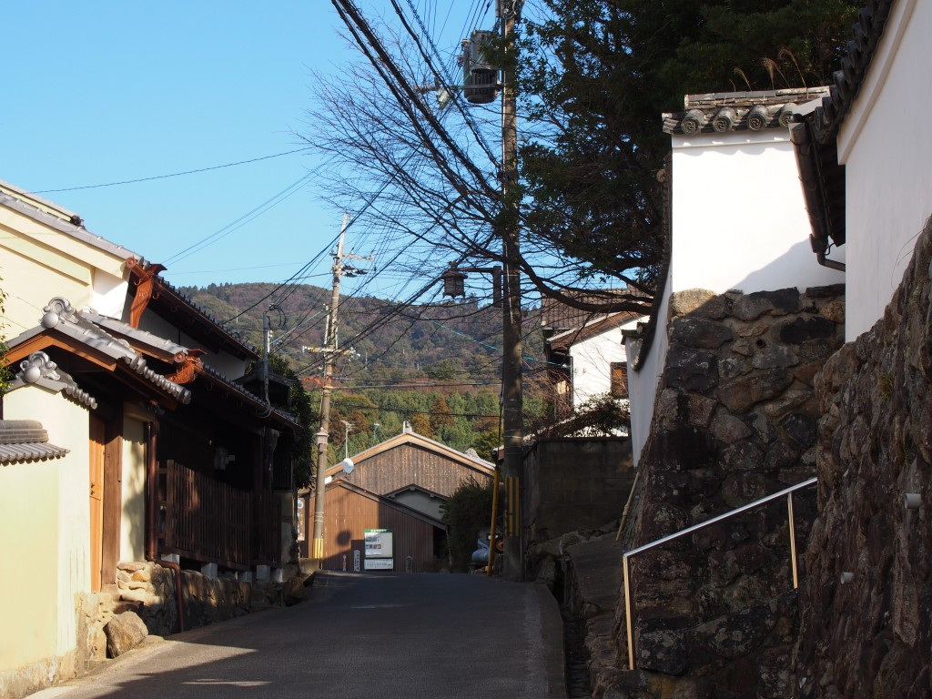 不空院手前の坂道と白い土壁