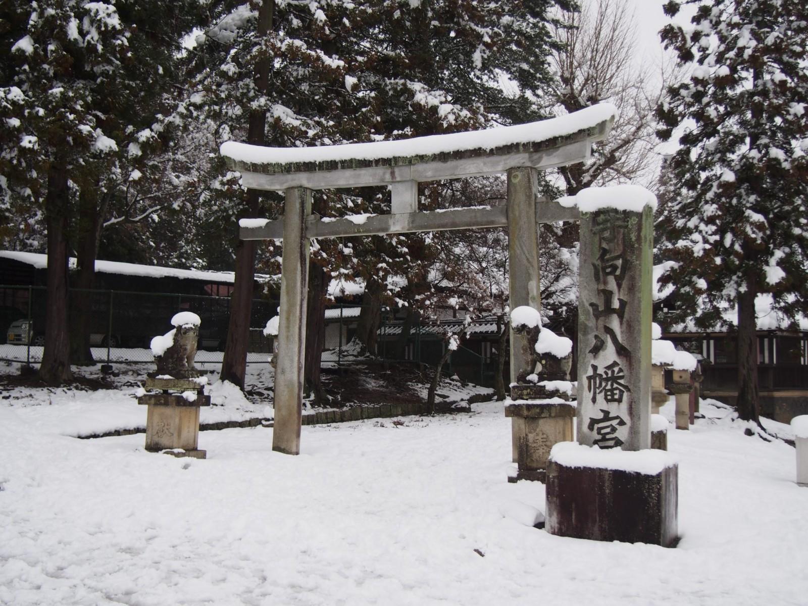 雪景色の手向山八幡宮(鳥居)