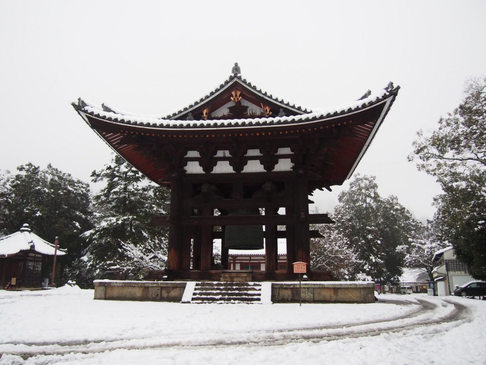 雪景色の東大寺鐘楼