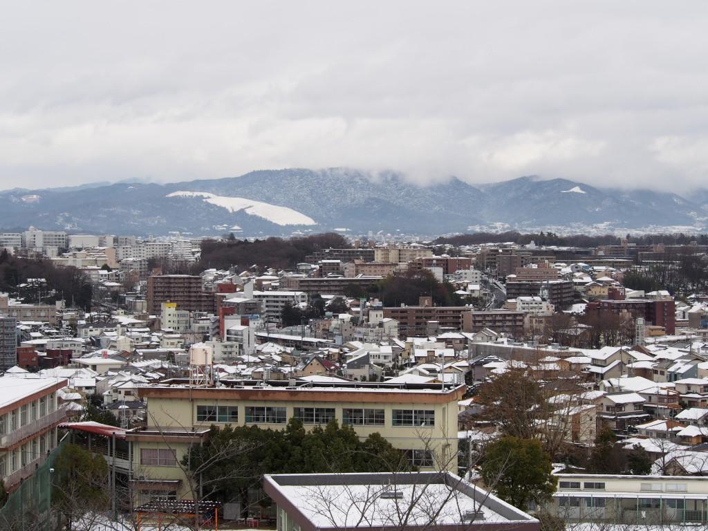 雪景色の奈良市街地を富雄団地から望む