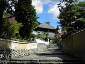 【二月堂裏参道】土塀に囲まれた美しく静かな「石畳」の道