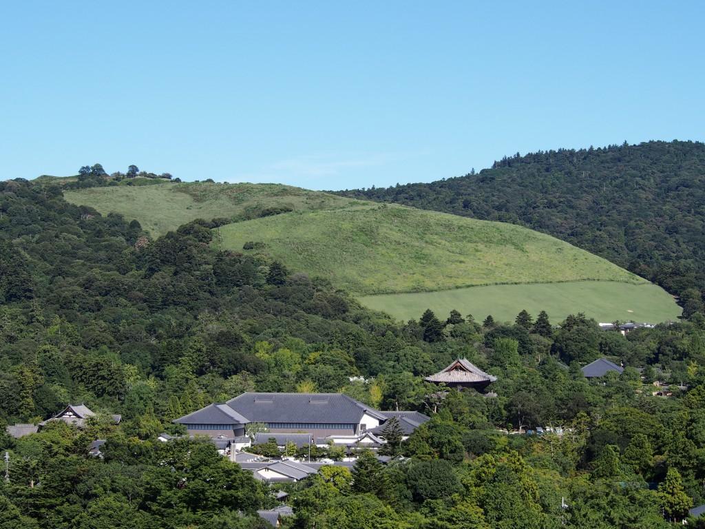 奈良県庁屋上から若草山・南大門を望む