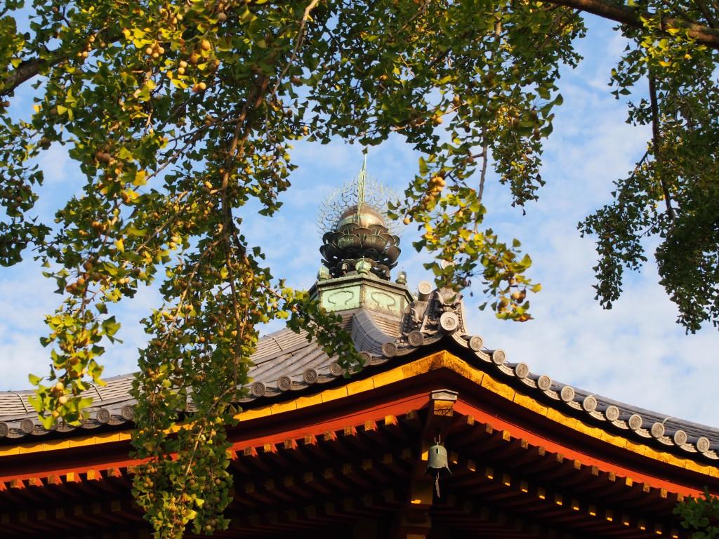 南円堂の八角形の屋根と宝珠飾り