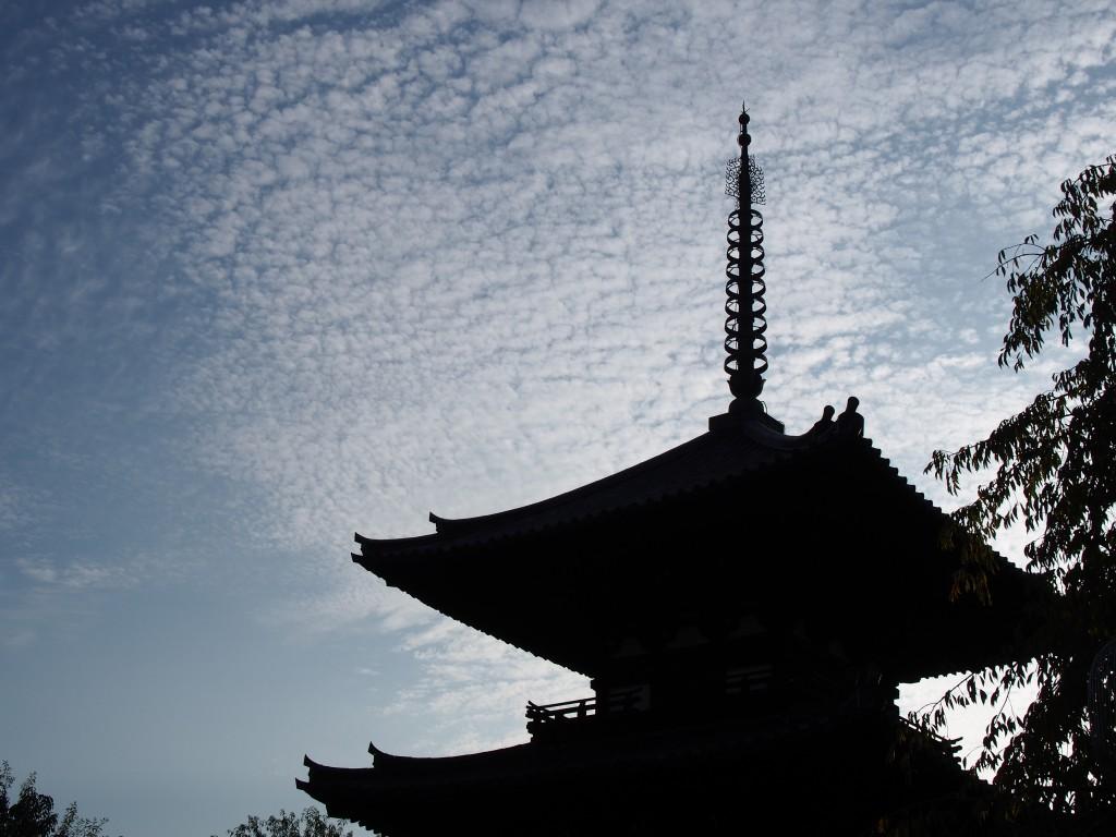 夕方に浮き上がる三重塔のシルエット