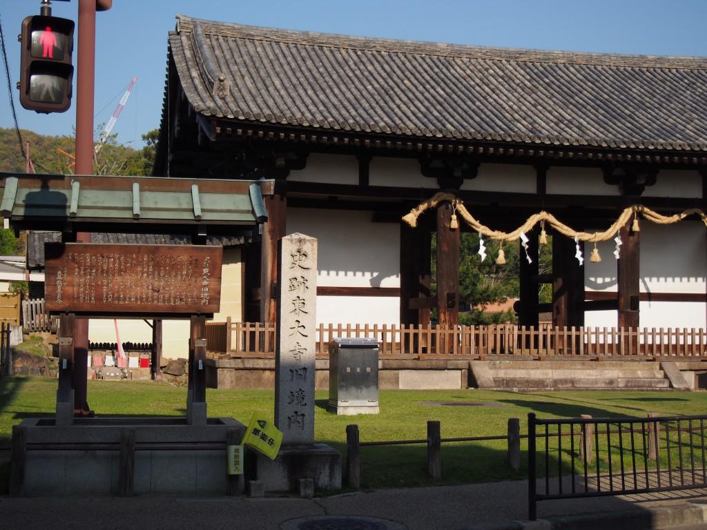 京街道沿いに建つ転害門