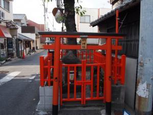 【京終】空海ゆかりのご神木が道路をふさぐ「椚神社」ってどんなところ?【上ツ道】