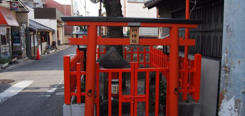 【椚神社】空海ゆかりのご神木が「上ツ道」をふさぐように生える神社