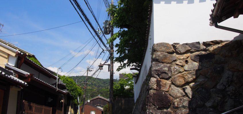 【高畑(社家町)の町並み】かつて春日大社の神官たちが住んでいた空間には現在も土塀が立ち並ぶ