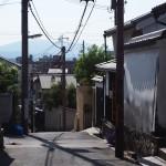 生駒山も望む坂道(奈良町からくりおもちゃ館周辺)