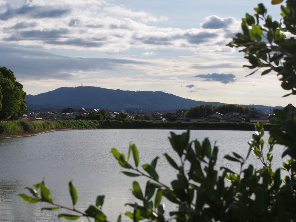 ウワナベ古墳付近から生駒山を望む