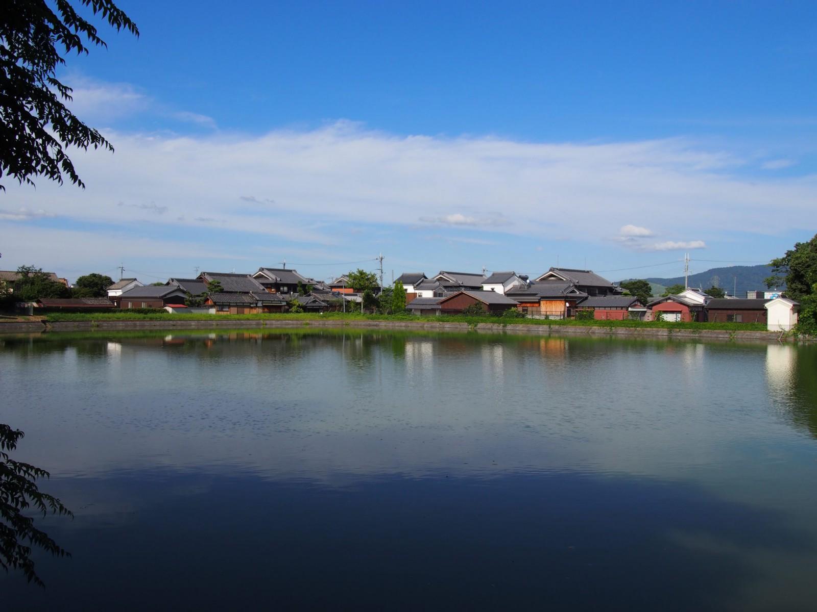 薬師寺に隣接する「観音池」から農村の面影が残る集落を望む
