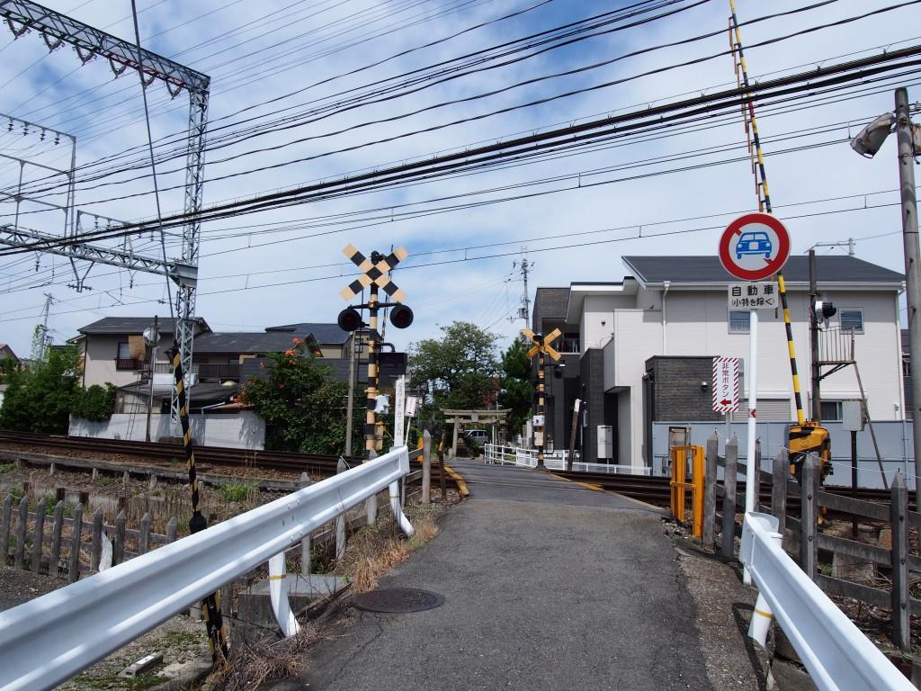 近鉄線と「十五社神社」鳥居