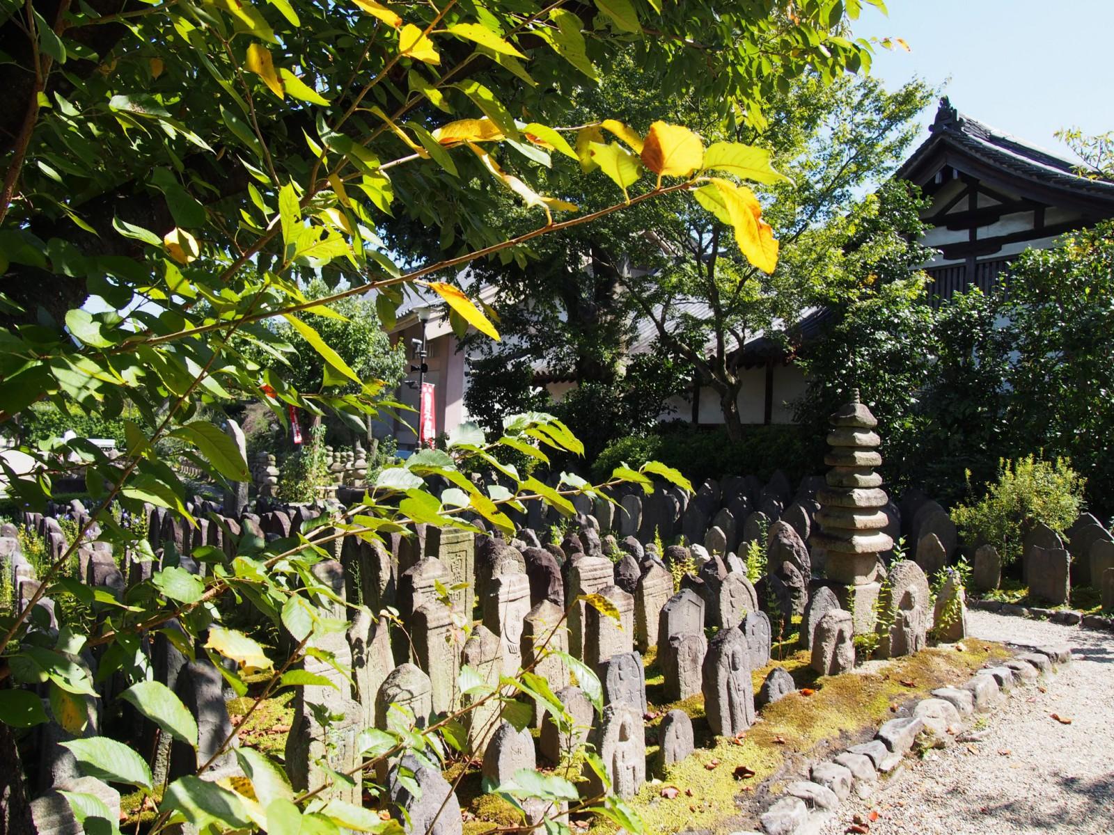 元興寺境内の石仏たち