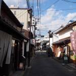 脇戸町の商店が立ち並ぶ町並み