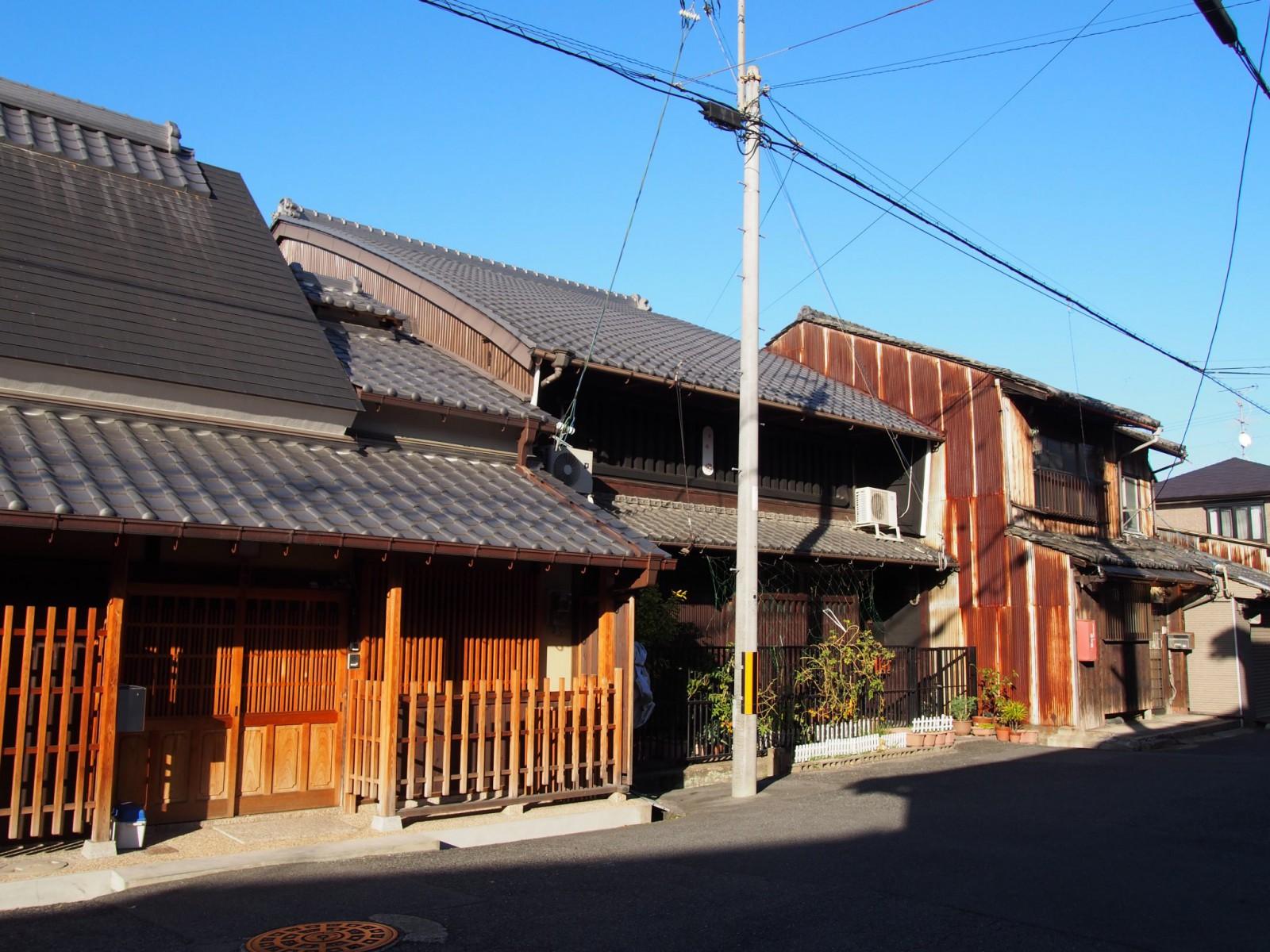船橋商店街近くの町家・大和棟建築