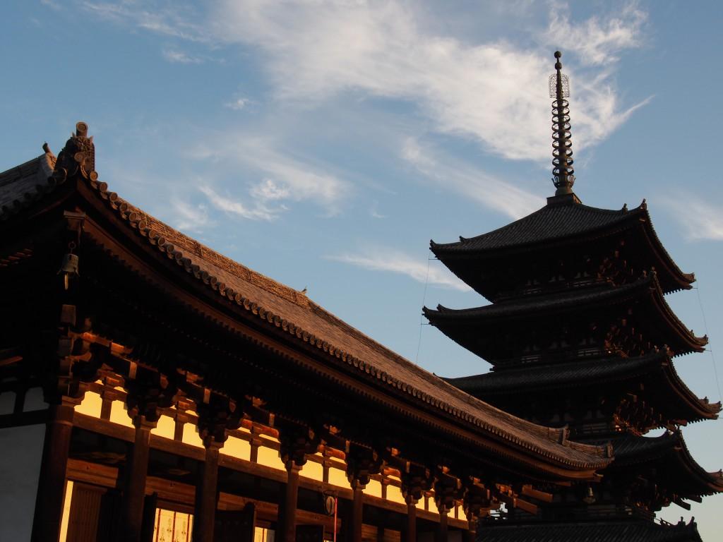 夕方の東金堂と五重塔
