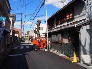 道路上に境内地を有するユニークな「椚神社」