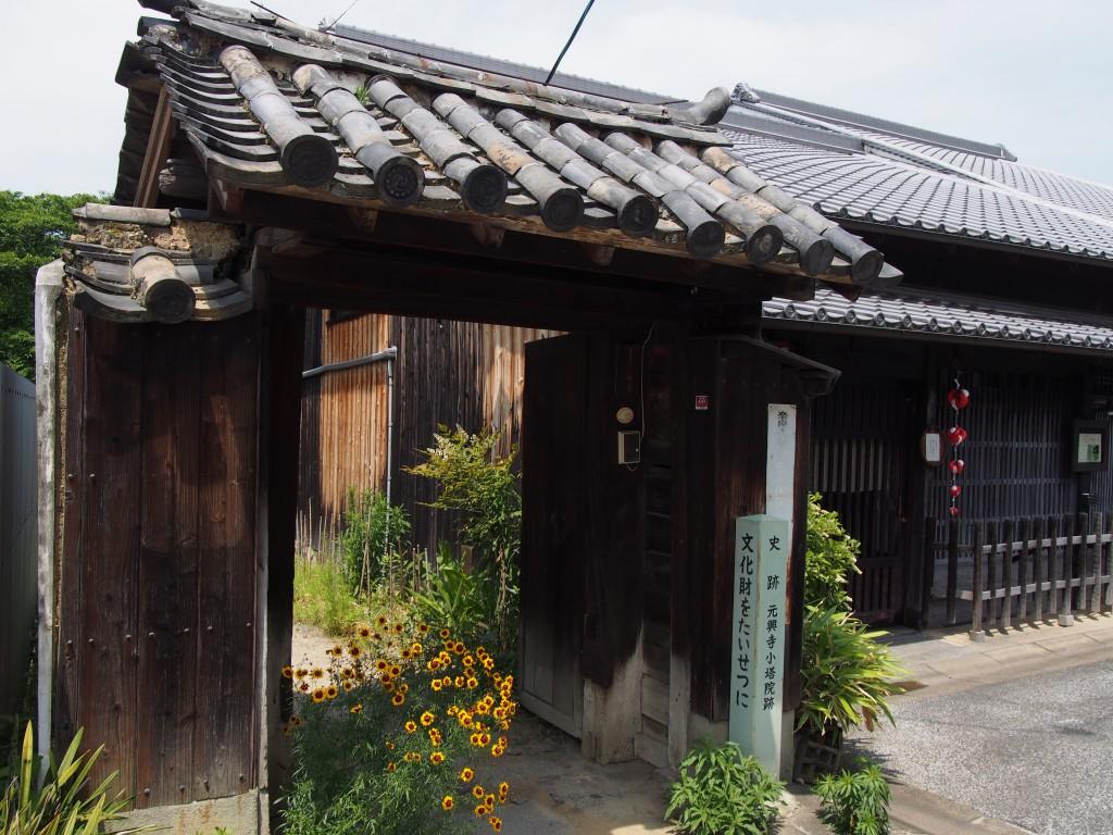 元興寺小塔院跡の東側入り口(門)