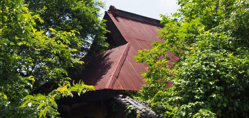 【白毫寺町の家並み・田園風景】「大和棟」の建築も残る風景が広がる「山辺の道」の起点部
