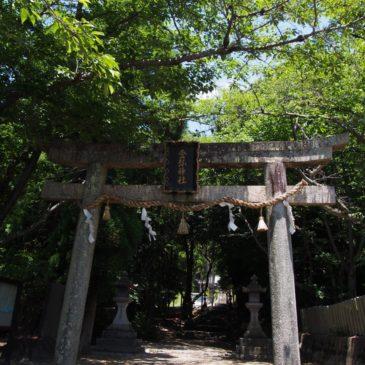 【登弥神社】「粥占い」で有名な富雄川沿いの神社は立派な鎮守の森に囲まれる