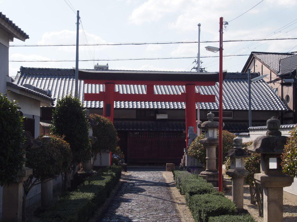 町家などもある古い町並みに囲まれる「崇道天皇社」