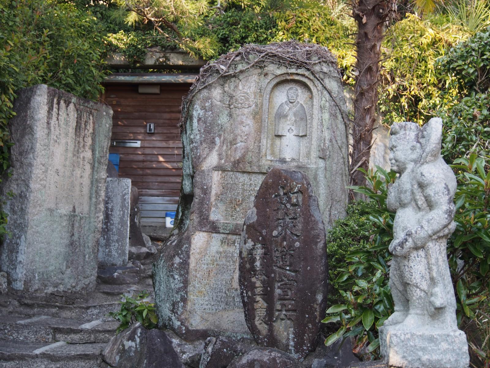 山門付近の奇妙な石像物(長慶寺)