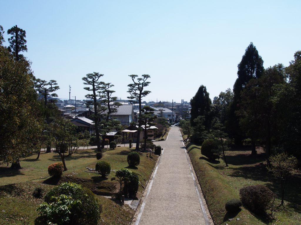 聖武天皇陵の敷地を望む