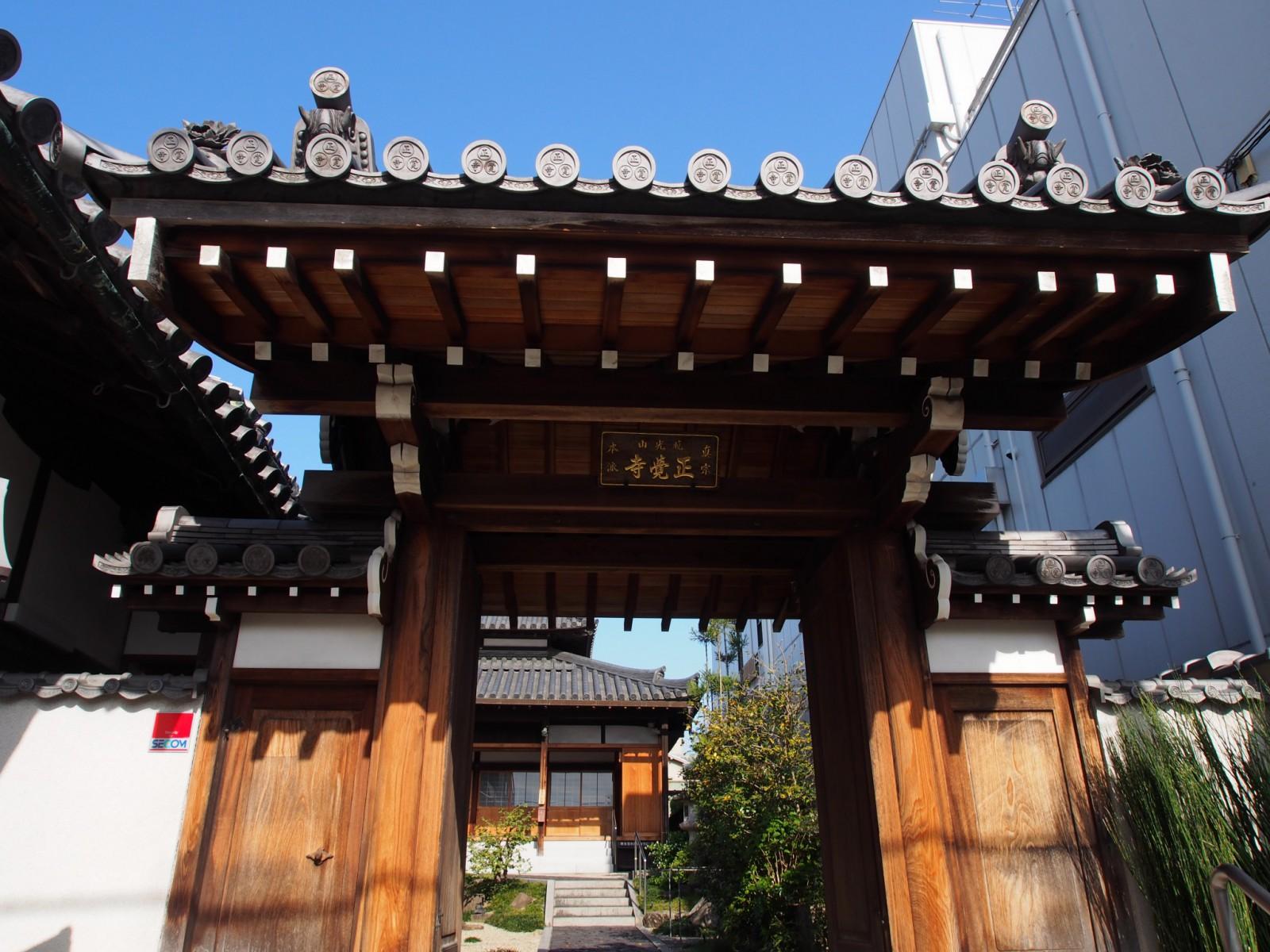 正覚寺の門を望む