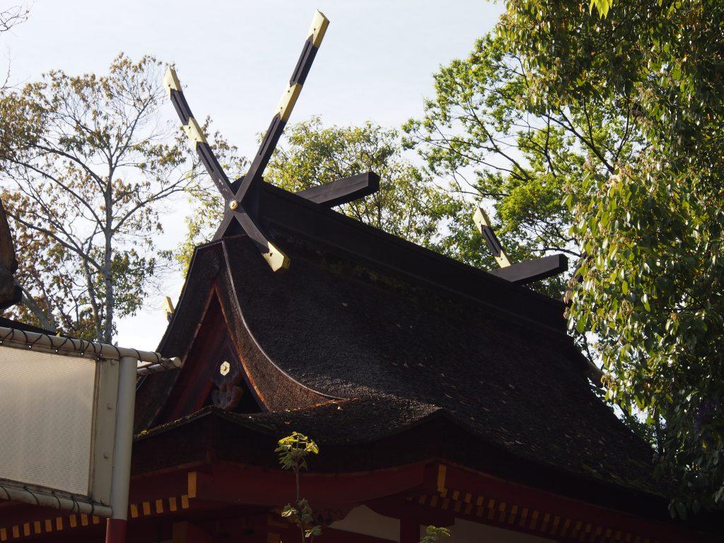 率川神社本殿(檜皮葺の屋根)