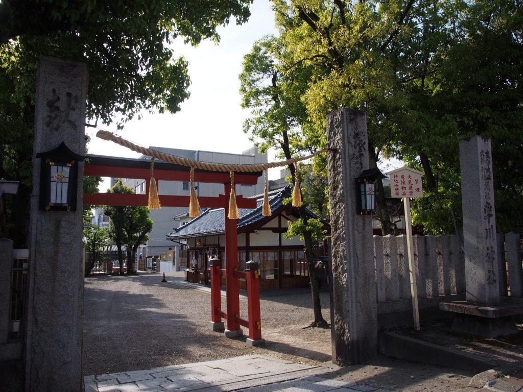 「やすらぎの道」沿いにある率川神社の鳥居(入り口)