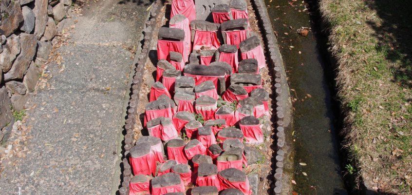 【率川地蔵尊】猿沢池のそばを流れる川の上に並ぶ石仏群