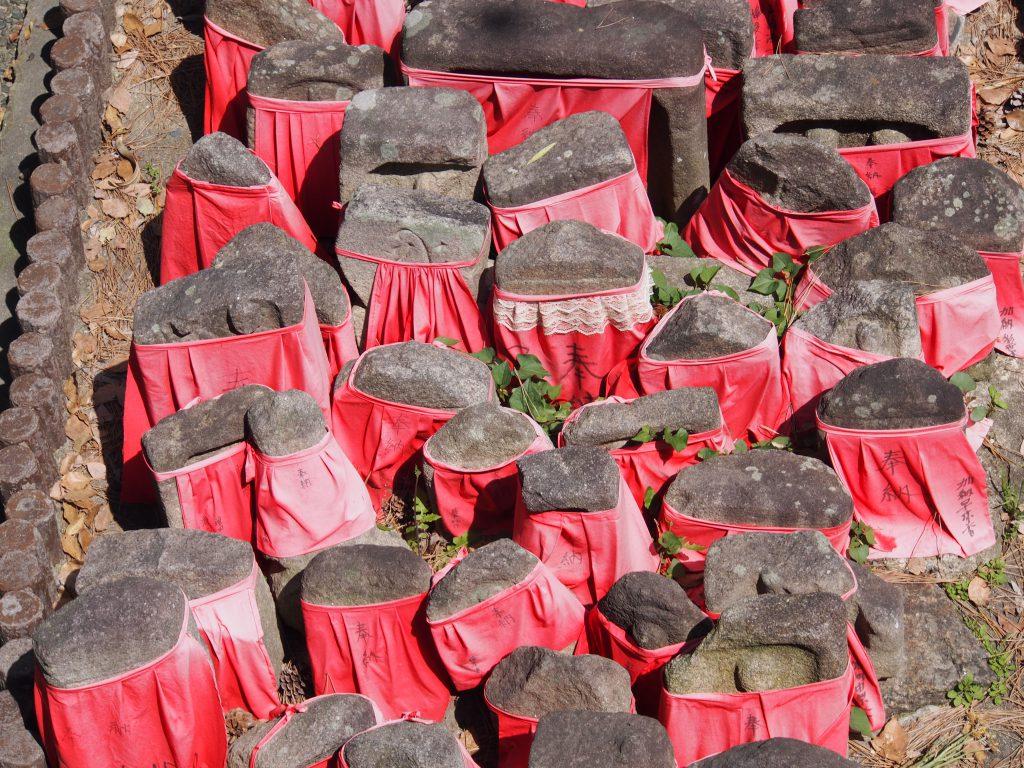 周辺の石仏が所狭しと集められた率川地蔵尊