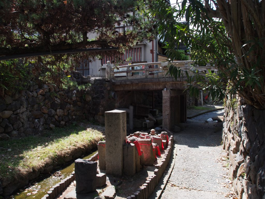 川の中州に設けられた舟形の率川地蔵尊