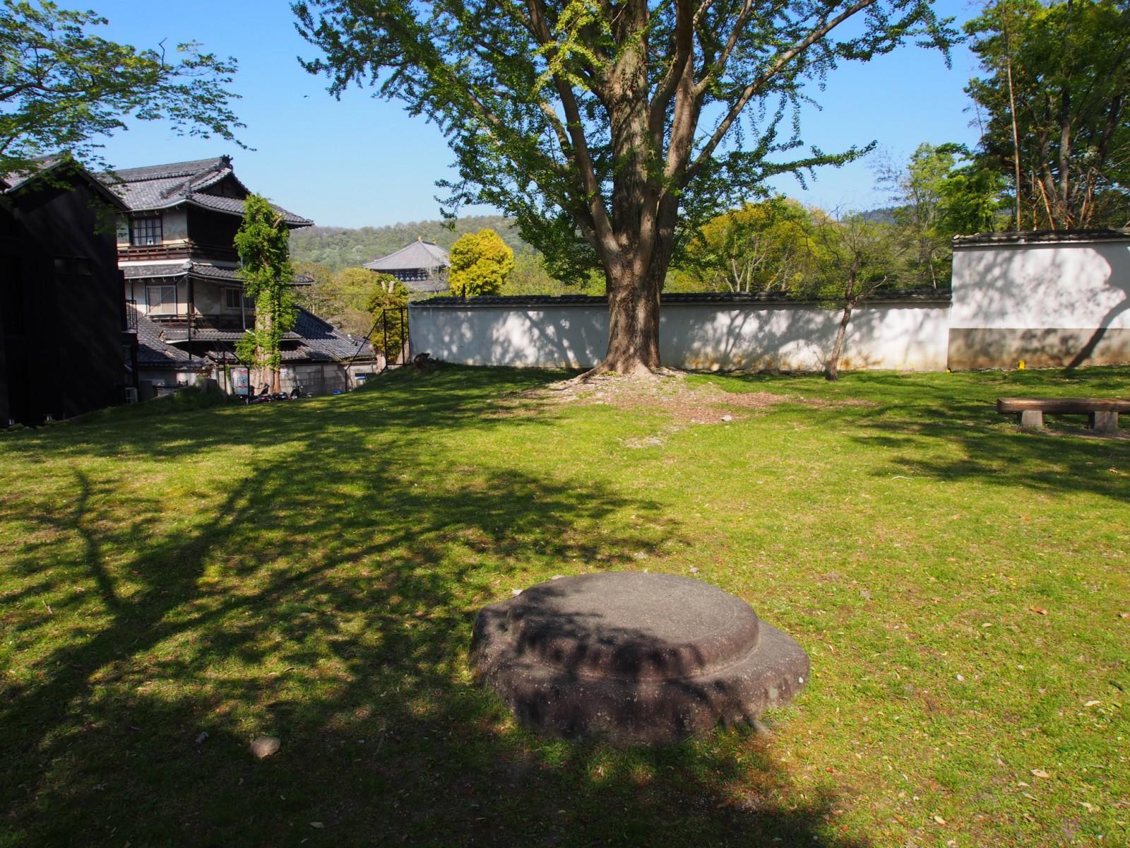 礎石が現在も残されている東大寺西大門跡