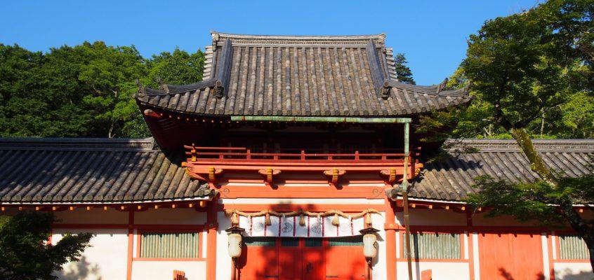 【手向山八幡宮神門(楼門)】西日に照らされる姿が大変美しい楼門建築