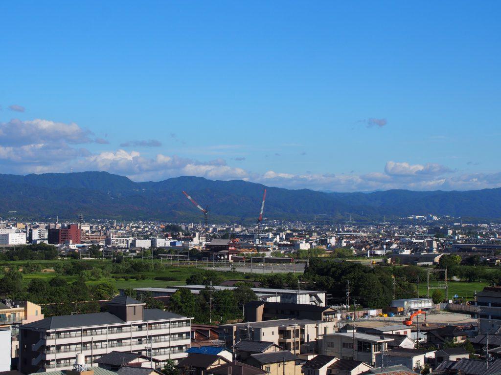 奈良ファミリー屋上から大和青垣を望む