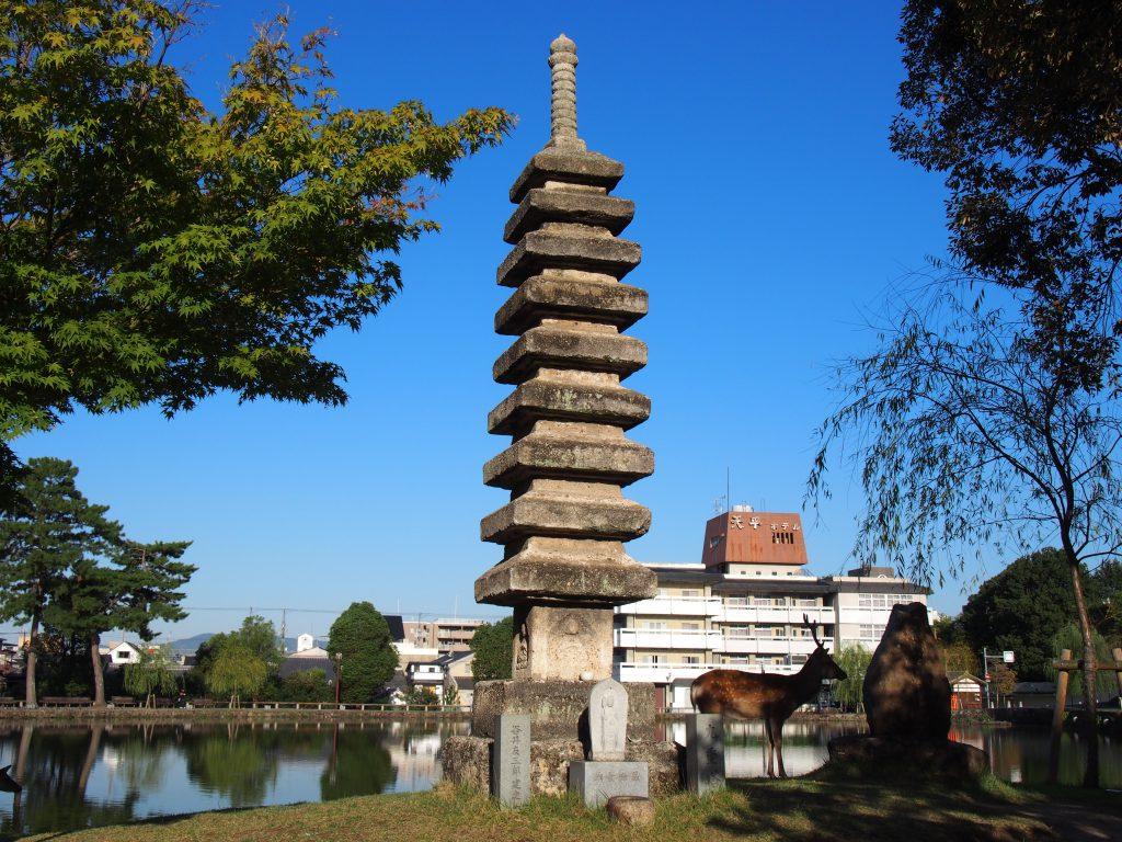 猿沢池の九重石塔