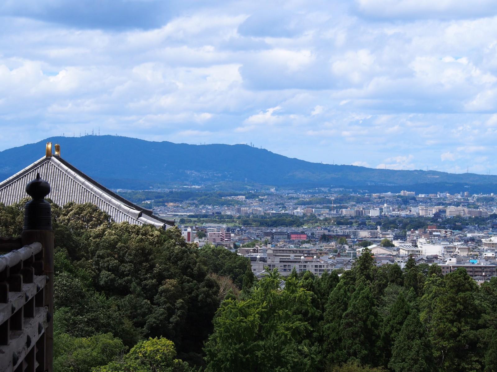 二月堂から奈良市街地を望む