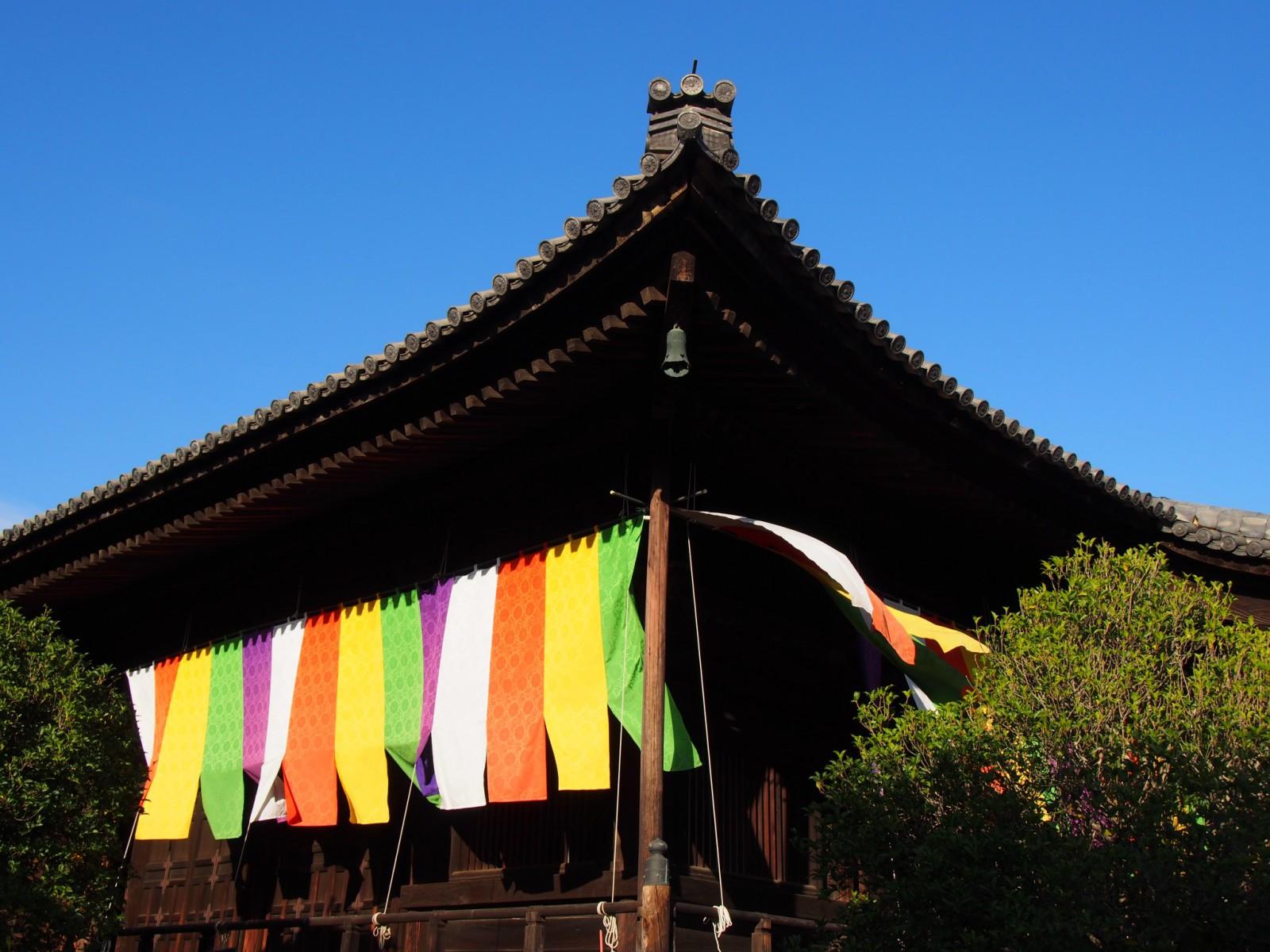 五色幕が美しい西大寺本堂