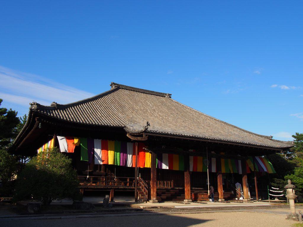 【西大寺本堂】独特の近世建築は「灯篭」の光も美しい