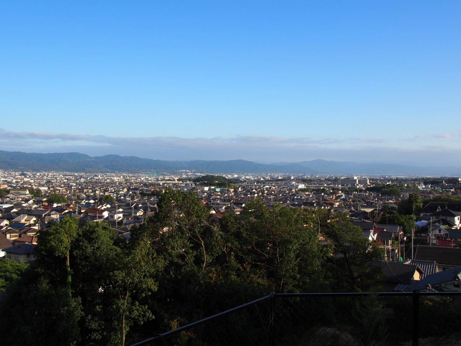 鷹塚山地蔵尊から大和青垣を望む