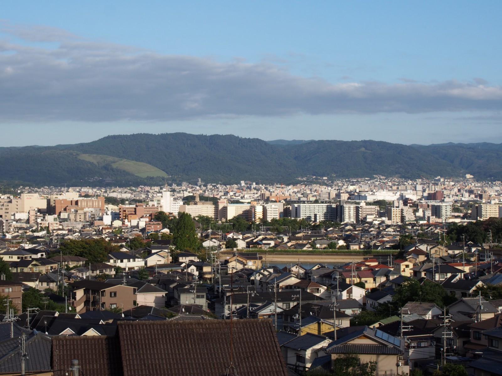 鷹塚山地蔵尊から奈良市街地・若草山方面を望む