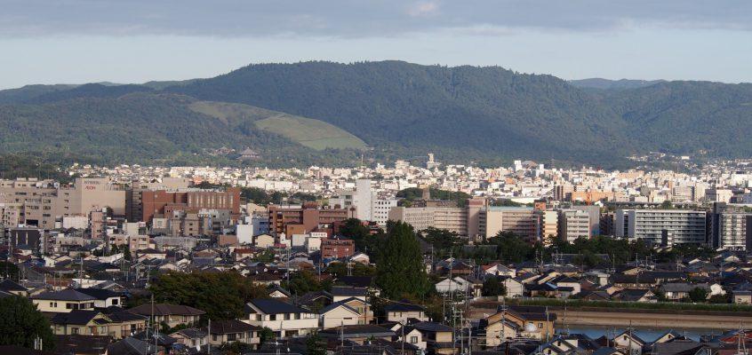 【鷹塚山地蔵尊】お地蔵さまの眼前には奈良市街地を一望する眺めが広がる
