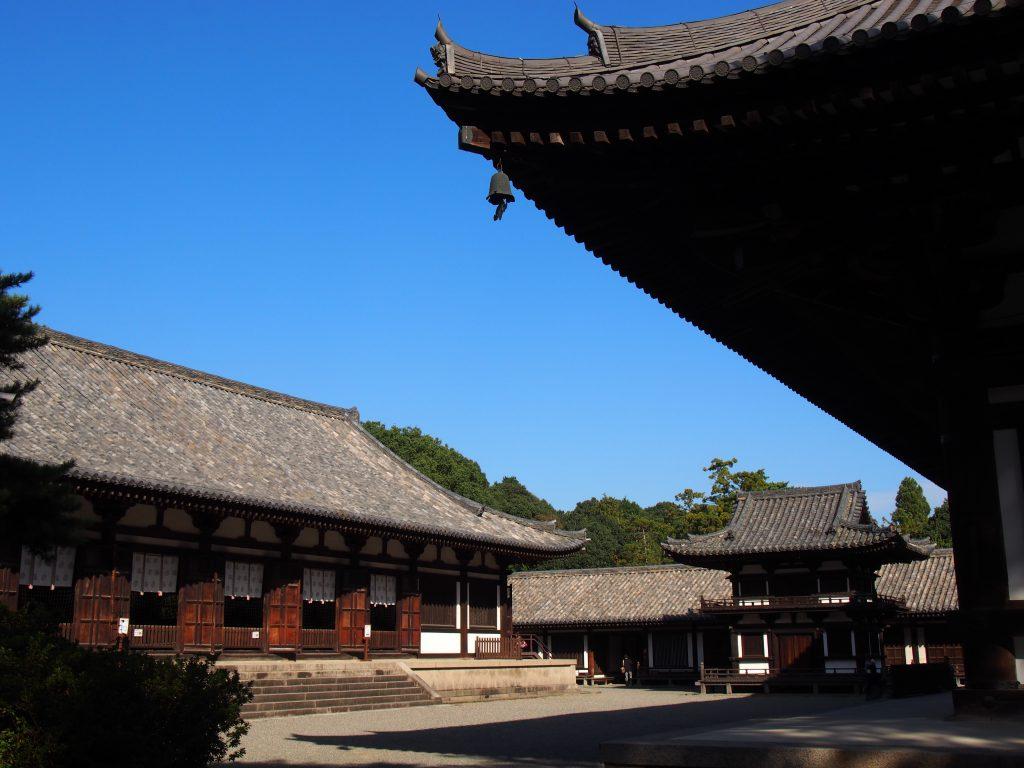 唐招提寺講堂・鐘楼を西側から望む