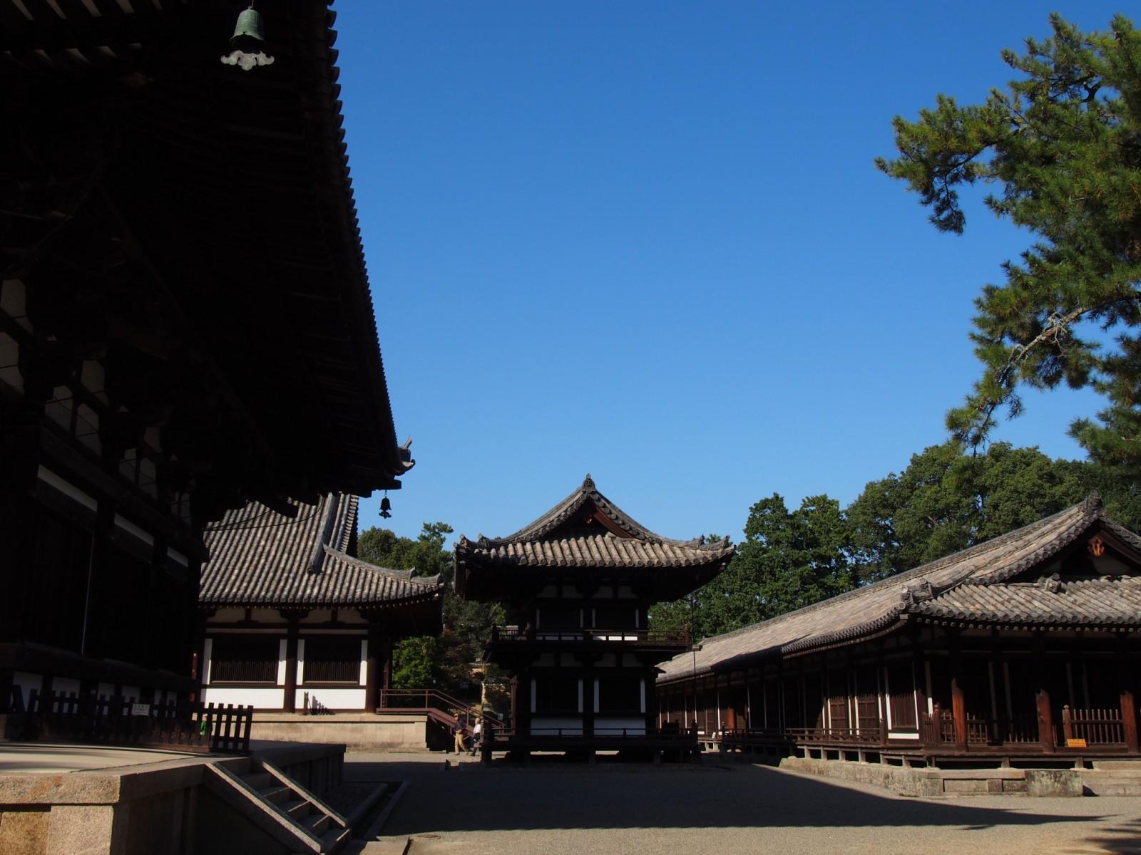 唐招提寺鼓楼を南側から望む