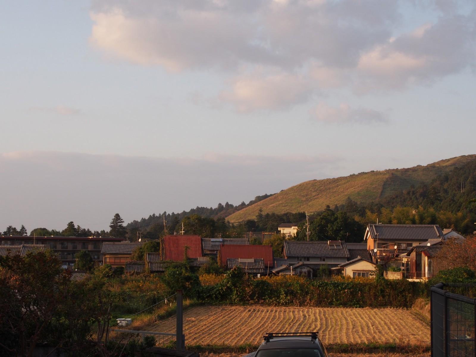 元茅葺き屋根の家並みと「若草山」