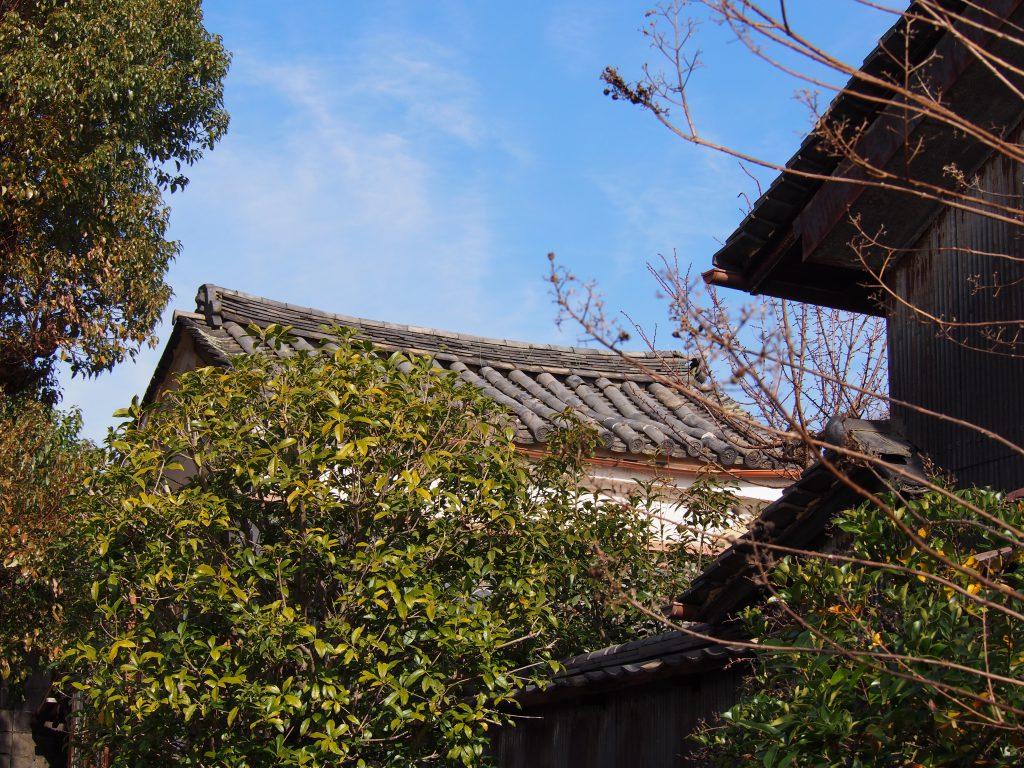 歴史的町並みに囲まれた鎮宅霊符神社