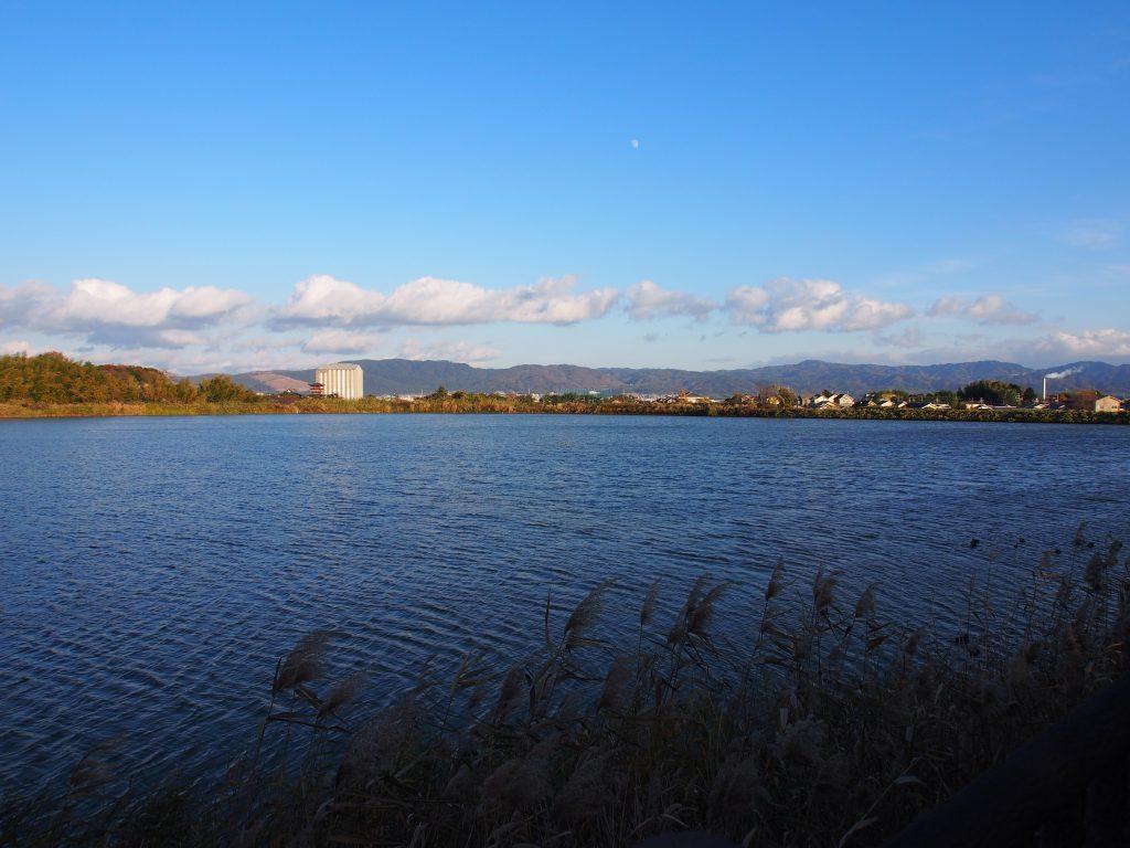 「西の京」大池から大和青垣を望む