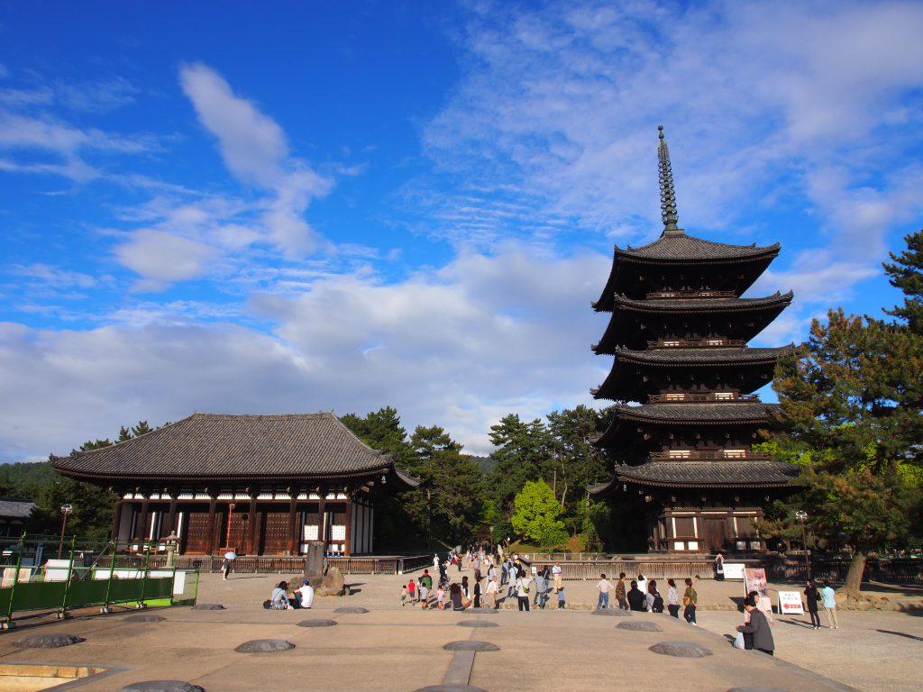 東金堂と南北に並び立つ五重塔(興福寺)