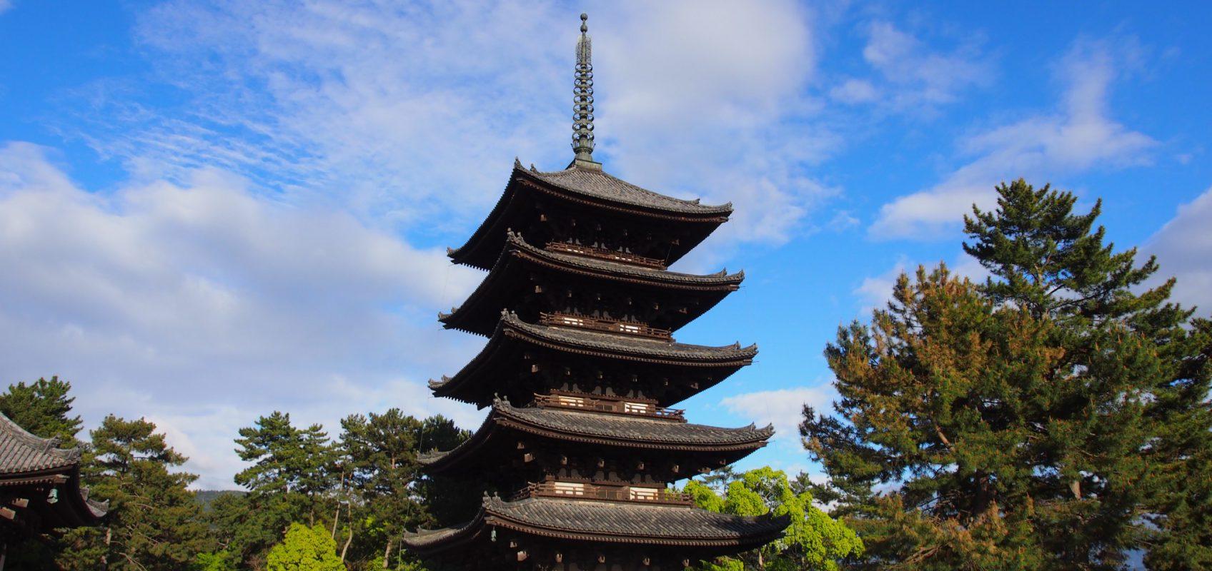 大勢の観光客でにぎわう興福寺五重塔